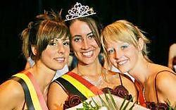 Miss Vilvoorde Jessica kreeg meteen felicitaties van haar eredames Melissa en Lynn. Koen Merens