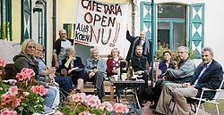 De klanten van het Hof van Coolhem kwamen de cafetaria symbolisch heropenen. Inge Van den Heuvel<br>