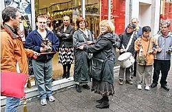 Met de traditionele knip van het lint werd de winkelwandeltentoonselling geopend. Koen Merens