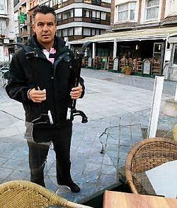 Andre Meulman van Café Leffe meet de schade op: 'Het gebeurt wel vaker dat er schade wordt aangericht aan de terrassen.' <br>Peter Maenhoudt<br>