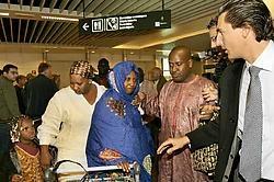 De moeder (in het blauw), de oom (rechts van haar) en het dochtertje en zusje van Oulematou kwamen gisteren aan op Zaventem. Ze werden onder meer opgewacht door de zus van de moeder (in het wit) en advocaat Kris Luyckx (rechts).Mark Renders<br>