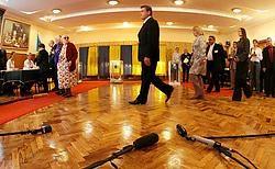 De Oekraïense president Viktor Joesjtsjenko brengt zijn stem uit in Kiev. Zijn partij haalt volgens exitpolls 13,4procent van de stemmen.afp<br>