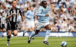 Emile Mpenza, die hier net Nicky Butt van Newcastle voorbij is gegaan, scoorde voor de tweede opeenvolgende week. ap<br>