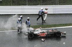 Fernando Alonso beëindigde zijn race in de bandenmuur. De wereldtitel lijkt nu wel heel ver weg. reuters<br>