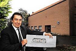 Koen Declerck toont de plannen van <br>de nieuwe serviceflats in Diksmuide. Isabelle Vanhassel