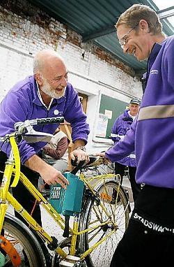 Stadswachters graveren fietsen. Gisteren waren ze aan de slag bij de Ursulinen.Inge Van den Heuvel<br>
