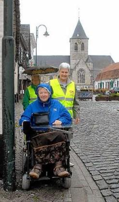 Chistel Rimbaut: 'De kasseien op het Wiezeplein zijn misschien wel mooi, maar voor een rolstoelgebruiker zijn ze allesbehalve aangenaam.'<br> Carol Verstraete