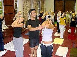 Feroze Kahn leert zijn klanten yogahoudingen aan bij 40°C. rr<br>