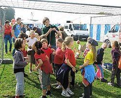 Het waterdorp in Huizingen lokte veel volk naar de kanaaloevers<br> in Lot.<br>yvan de saedeleer