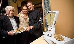 Sergio Salerno met dochter Isabella en toekomstige schoonzoon Fabrizio Piombo van Casa Al Parma met hun zwaarste truffel.Jef Collaer<br>