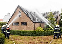De brandweerkorpsen van Kaprijke en Eeklo hadden heel wat moeite om het vuur onder controle te krijgen.<br>Vacas