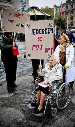 Met ludieke slogans voerden rolstoelgebruikers gisteren actie op de Groenplaats. Wim Daneels<br>