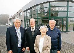 Directeur Eddy Vandenplas en zijn familie bij het garagebedrijf in Vossem. De vervuiling sluimert onder de grond.Koen Merens<br>