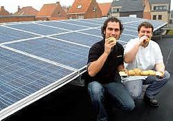 Bakker Wim Verhaegen liet 120 zonnepanelen op het dak van zijn bakkerij plaatsen en bakte daarop prompt broodjes op basis van zonnebloempitten. Lily Leys<br>