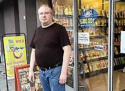 Stijn Manhaeghe betrapte twee dertigers toen die de deur van zijn krantenzaak wilden openbreken. Stefaan Beel