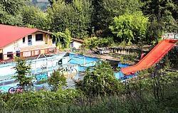 Het terrein van het openluchtzwembad van de Kosmos op de Rodeberg blijft verder verloederen. Bart Vandenbroucke<br>
