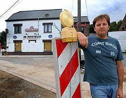 De uitbater van café De Notenbalk, op de grens van Asse en Meldert, gaat weer volop voor zijn muziekcarrière. Yvan De Saedeleer<br>
