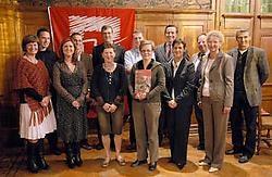 Schepen Jurgen Van Osselaer (achteraan midden) zorgt voor een shuttledienst van en naar de Wijnegemse deelnemende bedrijven. rr<br>