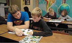 Laatstejaars nemen het werk van de ouders over. Ze helpen kinderen bij hun huiswerk. <br>Gert Devocht