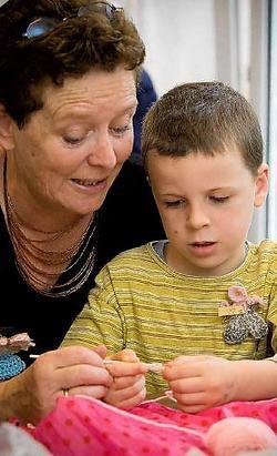 Senioren in het rusthuis leren Rob Tielens omgaan met breinaald en wol.Jef Collaer<br>