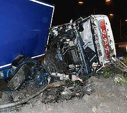 De cabine van de vrachtwagen raakte compleet vernield bij de klap. Theo Derkinderen