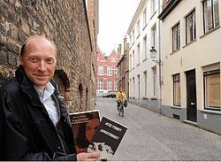 Gids Kurt Gotze van de gidsen-<br>vereniging, aan het huisje waar de dichter stierf, loodst u langs de belangrijkste plekjes van Jotie T'Hooft. Michel Vanneuville<br>