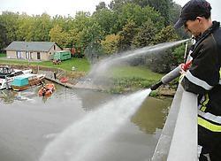 De brandweer bestreed de olie onder meer van op de Martinusbrug.<br>Guy Van<br> Den Bossche<br>