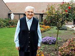 Zuster Christine voor het klooster. Komend weekeinde heffen de zusters het glas op een rijke en vooral menslievende geschiedenis. Gianni Barbieux