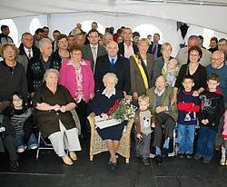 Omer Platevoet en Anna Pastorek vierden hun platina huwelijksjubileum met de hele familie.<br> Patrick Holderbeke