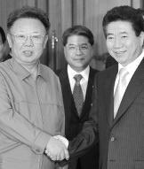 Roh Moo-hyun en Kim Jong-il schudden elkaar de hand.ap<br>