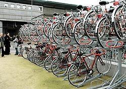 Gisteren is aan de Sint-Denijslaan het allereerste dubbeldeksfietsrek van Vlaanderen in gebruik genomen. Daarin stal je twee fietsen letterlijk boven elkaar. Dat bespaart plaats, en vooral in de omgeving van het station kan dat nuttig zijn. Gianni Barbieu