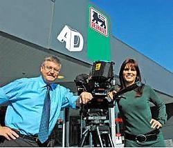 Herman Van Molle en Katja Retsin blikten een promotiefilpje in aan de AD Delhaize in Deinze. Guy Van Den Bossche<br>