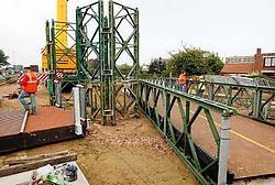 De metalen brugconstructie werd gisteren in twee stappen boven de N44 gemonteerd. Maandag kan ze worden gebruikt.Vacas<br>