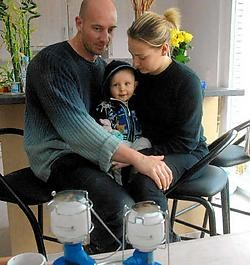 Christophe Feys en zijn vrouw verwarmen zich met gasbrandertjes maar met een zoontje van 11 maanden dreigt de situatie onhoudbaar te worden. Carol Verstraete