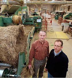 Financieel directeur Marnix Hanson (links) en commercieel directeur Michel Oosterlynck in de werkplaatsen van het Wevelgemse vlasbedrijf Albert Brille.Patrick Holderbeke<br>
