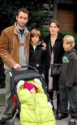 De ouders van de vermoorde Luna met hun kinderen na de uitspraak. De voorzitter loofde de waardigheid van alle slachtoffers tijdens het proces.Pol De Wilde<br>