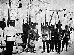 Ottomaanse soldaten poseren voor een groep opgeknoopte Armeniërs in Alep, in 1915. AFP<br>