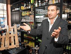 Peter Petrossian, de eigenaar van het vernielde café: 'Ze hadden het duidelijk op mij gemunt. Een van de jongeren schreeuwde dat ik een Armeniër was en dat ze me moesten pakken.'Marc Herremans<br>