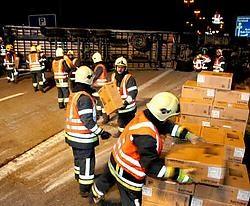 De brandweer van Arendonk was uren zoet met het uitladen van de vrachtwagen. Het ging om paletten met LCD-computerschermen, 3.000 liter vloeistof en dozen.Ton Wiggenraad