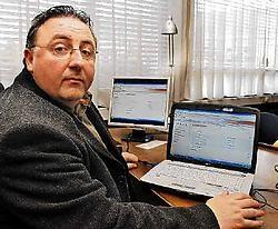 Directeur Pascal Servaes toont de computertoepassing waarmee ouders de schoolresultaten van hun kroost kunnen raadplegen via het internet. Isabelle Vanhassel<br>