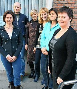 De thuisbegeleiders van 't Kompas (op de foto Myriam Verhas, Tom Raick, Astrid Vermeiren, Antigoni Tsimbiropoulos, Matianne Peelman en Bene Defleur) krijgen enkele gezinnen toebedeeld en bezoeken die minstens één keer per week.Emiel Vermeir
