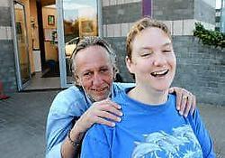 Ludo Deferme, bezieler van het I.E.-zwembad Dolfijntje, en zijn dochter Els. Eddy Van Ranst