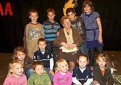 Berta Sterckx is apetrots op haar elf achterkleinkinderen in de gemeentelijke basisschool van Eindhout. Louis Verbraeken