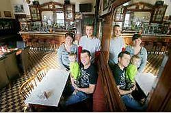 In het overgenomen café zien we van links naar rechts Lise-Lotte Min, Noah, Ben Geuens en Jiri Peeters Inge Van den Heuvel<br>
