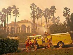 In een sjieke woonwijk in Poway proberen brandweerlui de villa's te vrijwaren van de vlammen.ap<br>