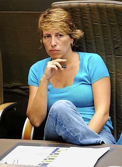 Dat Caroline Gennez zichzelf naar de tribune verbant, houdt in dat ze een podium verliest om haar politieke ster af en toe te kunnen oppoetsen.Pol De Wilde<br>