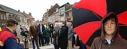 Het gemeentebestuur wandelde de vernieuwde Algoetstraat in. Daarna kon het verkeer na zes maanden weer door. Yvan De Saedeleer