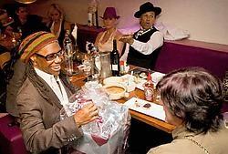 Nile Rodgers van Chic krijgt een cadeau voor het dertigjarig bestaan van de groep. Kid Creole kijkt geamuseerd toe . Wim Daneels<br>