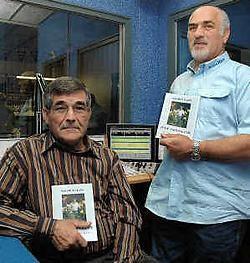Auteur Maurice Claes en Radio Ham-voorzitter Mathieu Mondelaers met het boek 'Puur Natuur-lijk'. Gert Devocht<br>