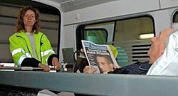 Patiënt André Vannobel uit Vleteren blijft gewoon onze krant lezen terwijl hij van het Poperingse Mariaziekenhuis naar het Jan Ypermanziekenhuis in Ieper verhuist. Tanith Constant